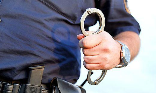 Die Beamten konnten den 50-Jährigen entwaffnen, er wird angezeigt