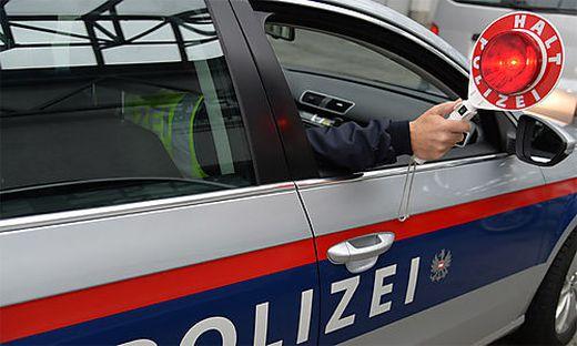 Im Zuge einer Polizeikontrolle auf der A11 wurde ein Fall von Urkundenfälschung und Hehlerei aufgedeckt