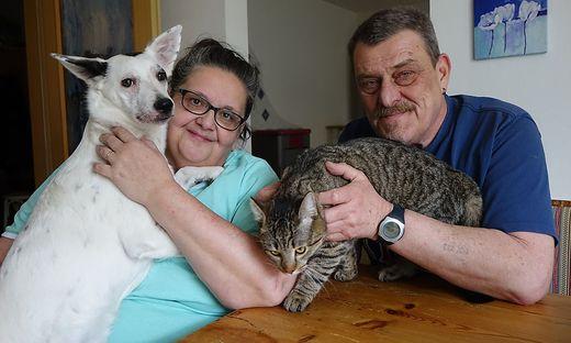 Gertrude Roschker setzt sich für Tiere in Not ein. Vereinskassier Helmut Hahnel unterstützt sie tatkräftig