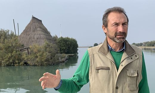 Tourimsusmanager Lucio Ganiero, Im Bild bei den beschaulichen Casini der Fischer in der Laguna die Marano
