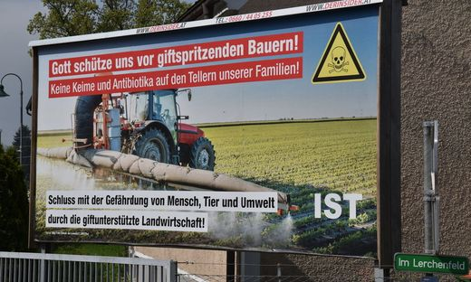 Dieses Plakat in der Leibnitzer Wasserwerkstraße sorgt für Aufregung in der steirischen Bauernschaft