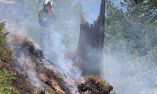 Einige Mitglieder der Feuerwehr halten noch Brandwache