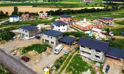 In einem Neubaugebiet in Krumfelden verlegt Kelag Glasfaser