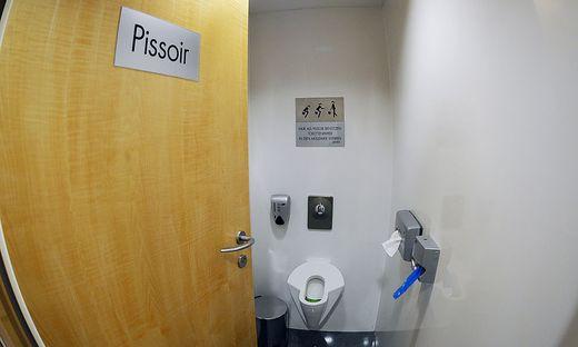 Bei der Suche nach Toilette in Bach gestürzt