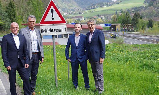 Im April zu Gast: Erwin Fuchs, Christian Wronski, Josef Reithofer und Josef Herk, dahinter die S 35 bei Bruck-Süd
