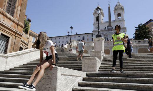 Die im 18. Jahrhundert errichtete Spanische Treppe, die zur Kirche Trinita dei Monti führt, ist eine der berühmtesten Touristenattraktionen Roms