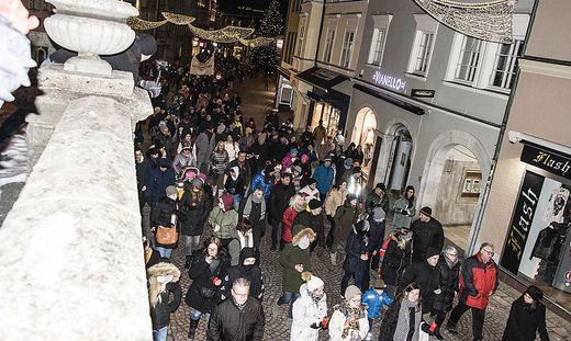 Fast 400 Menschen zogen am Sonntag friedlich aber ohne Maske durch die Villacher Innenstadt