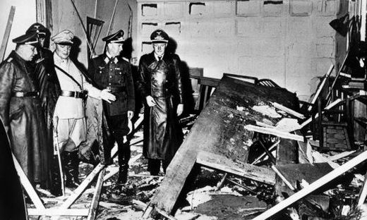 Reichsmarschall Hermann Göring (helle Uniform) und der Chef der 'Kanzlei des Führers', Martin Bormann (l.), begutachten die Zerstörung