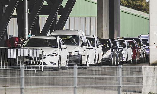 Die Covid-Test-Schlange vor dem Klagenfurter Stadion