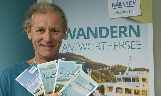 """Andreas Irnstorfer mit selbst entworfenen Broschüren: """"Karawanken sind mir zu schroff"""""""