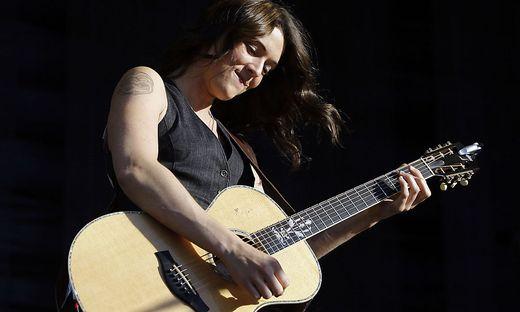 Brandi Carlile nimmt ihre Gitarre selbst in die Hand