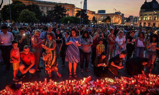 Protestierende Rumänen vor dem Innenministerium in Bukarest