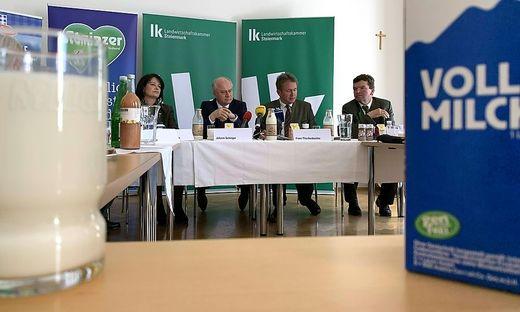 Elisabeth Hörmann (Milchbäuerin), LR Johann Seitinger (ÖVP), Kammerpräsident Franz Titschenbacher und Hermann Schachner (Obmann Ennstal Milch)