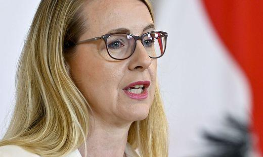 PRESSEKONFERENZ 'SICHERUNG DER ANTIBIOTIKA-PRODUKTION IN EUROPA': SCHRAMBOeCK