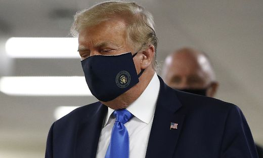 Bei seinem Besuch im Walter Reed Militätkrankenhaus in Bethesda, Maryland, trägt Donald Trump eine Maske.