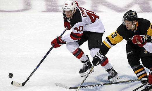 Michael Grabne (links) enteilte Olli Maatta und den Pittsburgh Penguins