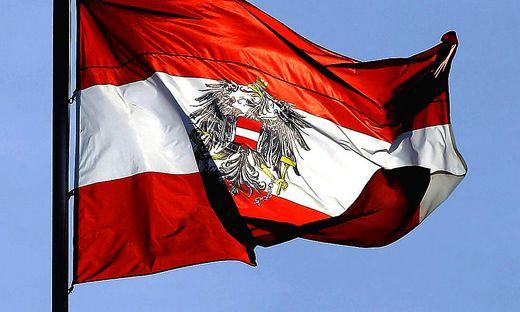 ++ ARCHIVBILD/THEMENBILD ++ FLAGGE DER REPUBLIK OeSTERREICH MIT BUNDESWAPPEN