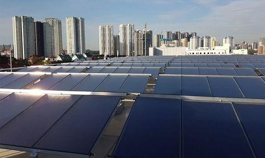 Sieben der 13 weltgrößten Anlagen für solare Kühlung (im Bild: Ikea in Singapur) kommen von der Grazer Firma Solid