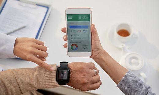 Smartwatch am Handgelenk und App in der Hand: So behält man den Überblick