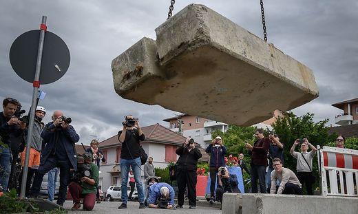 In Thonex bei Ambilly in Frankreich werden Grenzbarrikaden zur Schweiz wieder demontiert