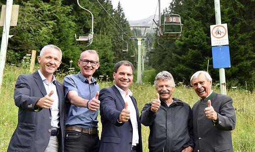 LHStv. Michael Schickhofer (Mitte) mit Aktivisten