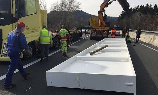 Zum Glück ein seltener Anblick: Ein Lkw verlor einen 18 Tonnen schweren Stahlträger auf der A2 bei St. Andrä