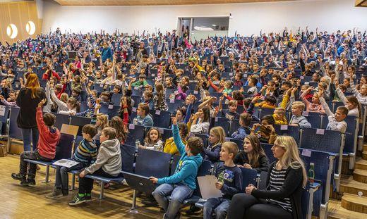 """Kaum ein Platz blieb bei der """"Uni für Kinder"""" im Audimax unbesetzt"""