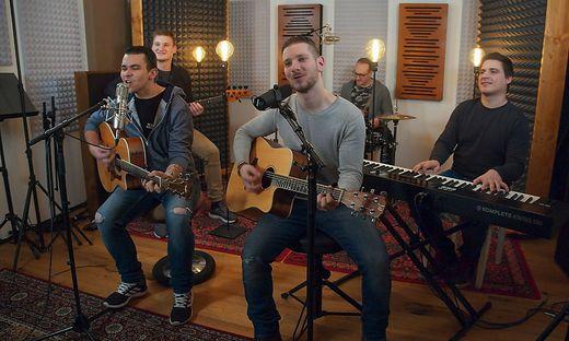 Die Jungen Südsteirer beim Aufnehmen des neuen Liedes im Studio