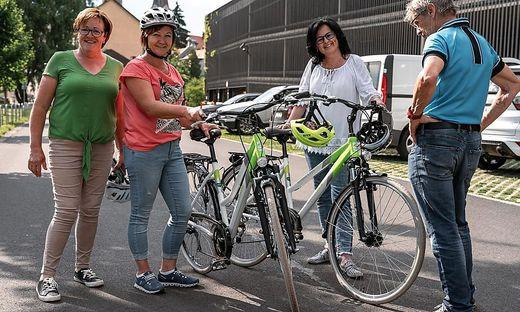 """Sigrid Höfler-Eder (2. von rechts) und Sonja Hödl-Sundl (3. von rechts) mit ihren neuen Trekking-Bikes von """"Steirerbike"""""""