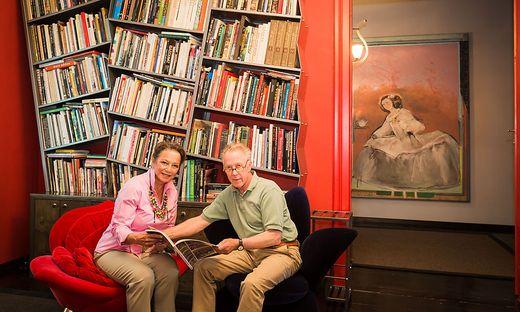 Sie setzen im Schloss Akzente: Pepo Pichler und seine Frau Anitanaz in der Bibliothek