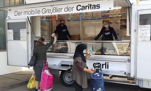 Franco Foda half bei der Caritas bei der Verteilung von Lebensmitteln