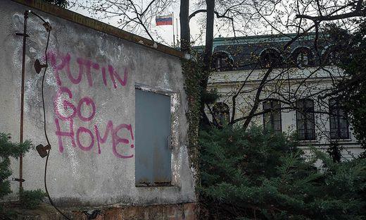 """""""Putin go home"""" - Graffiti nahe der russischen Botschaft in Prag"""