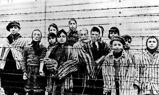 Kinder in Auschwitz. Das Bild entstand bei der Befreiung des Lagers durch die Rote Armee