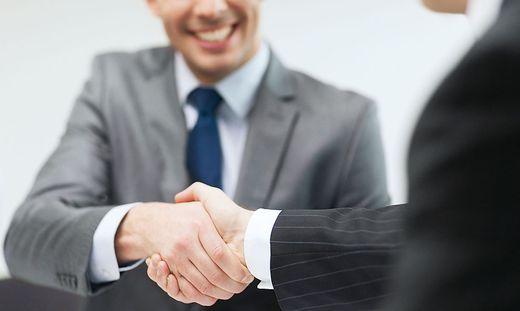 Ein Handschlag gehört dazu, aber Betriebsvereinbarungen müssen schriftlich erfolgen