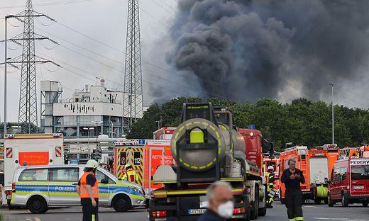 Rauchwolke ueber Chempark Leverkusen