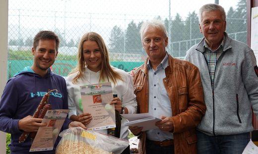 Mixed-Sieger Bernd Angerer und Larissa Burböck, Sportausschuss-Obmann Gernot Pirkwieser, TC-Obmann Werner Marischnig