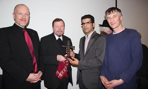 Dietmar Böhmer, Erich Linhardt, Jan Saria und Martin Rapp von der Pfarre (von links) mit dem Kreuz aus Bombensplittern