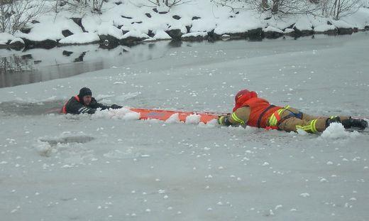 Der Feuerwehrmann nähert sich der betroffenen Person