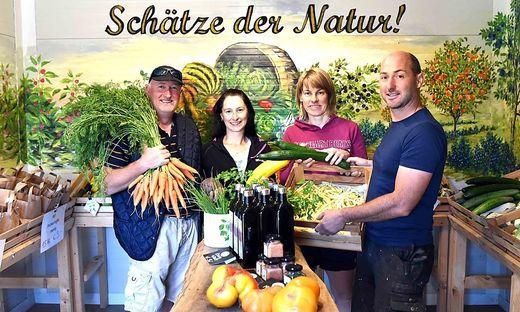 Susanne und Franz Höfferer, Barbara und Andreas Urbanek bilden das Gemüsequadrat