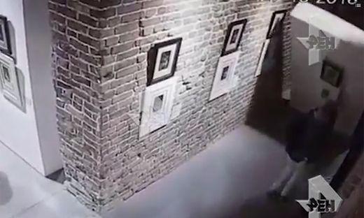 Ausstellung in Jekaterinburg - Mädchen macht Selfie und beschädigt Dalí-Zeichnung