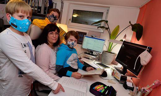 Viele Familien haben genug von Homeoffice und Homeschooling unter einem Dach. Lorenz (10), Julius (12), Isabella (39) und Lotte (8) Schöndorfer (von links)