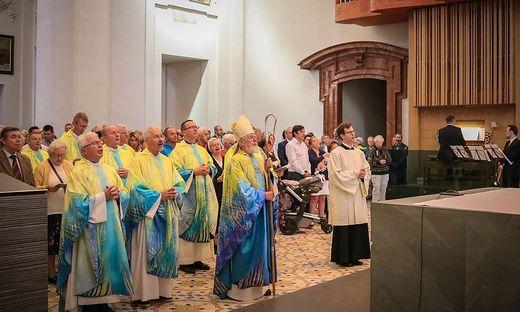 Zahlreiche Priester hielten die Festmesse ab