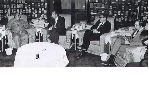 Winston Lord (rechts) beim Treffen zwischen Mao und Nixon mit Kissinger