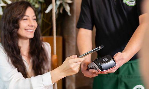 Bezahlen mit dem Handy: Bald auch mit Kryptowährugnen möglich