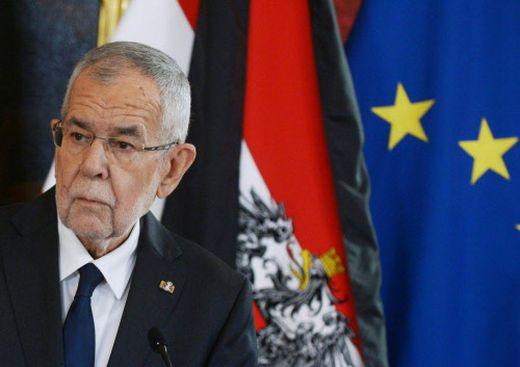 Fahnen mit Trauerflor als  Hintergrund für die Trauerrede des Bundespräsidenten