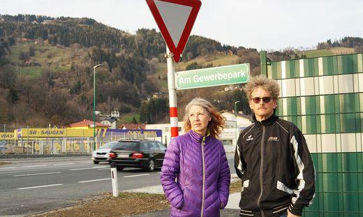 Liselotte und Wolfgang Teißl vor ihrem Haus inmitten des Gewerbeparks Zellach