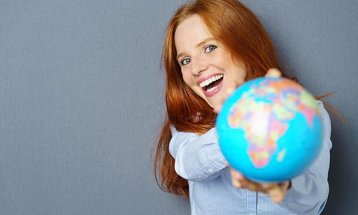 Frau mit Weltkugel in den Händen, Sujet für Migration und Integration