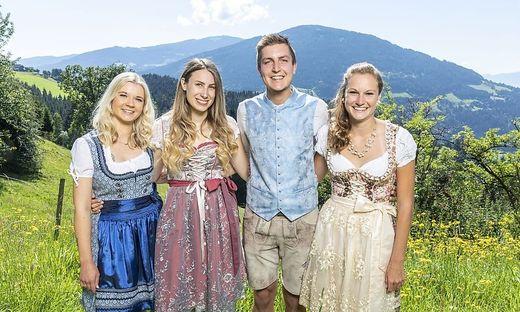 Jungbauer Christian mit seinen drei Hofdamen