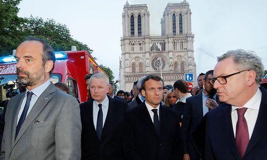 Mit dem Premierminister vor Ort: Frankreichs Präsident Emmanuel Macron, der an diesem Abend eigentlich seine Zugeständnisse an die Gelbwesten verkünden wollte