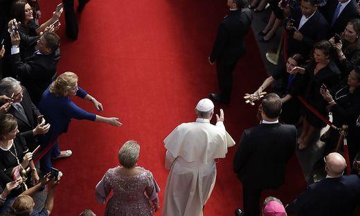 Der Papst in Panama City, flankiert von Präsident Juan Carlos Varela und First Lady Lorena Castillo